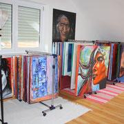 Aufhängung der Bilder im Atelier