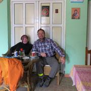 Erste Kaffeepause in Bulgarien (das vergessene Gebiss liegt auf einem anderen Tisch . . .)
