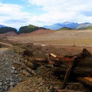 Eine Geröll- und Schlammlawine, ausgelöst durch heftigen Regen und einen Gletscherabbruch in einen kleinen Bergsee, hat Teile des Dorfes verwüstet und Häuser unter sich begraben.