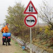Gilt für Velofahrer nicht. Roma sind in Bulgarien häufig mit Ross und Wagen unterwegs