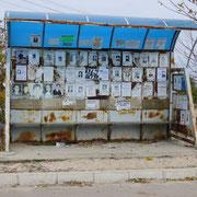 Todesanzeigen im Buswartehäuschen