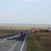 Wir geniessen die weite Landschaft (ideal für den Wind, der uns kräftig am Vorwärtskommen hindert)