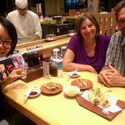 Mit Yoko und unserem Warmshowers-Gastgeber Ken geniessen wir köstliches Sushi.