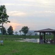 Abendessen im Pavillon am Teich.