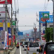 Das Strassenbild ist der vielen Reklamen wegen sehr farbig.