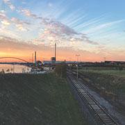 Schienen bei Sonnenuntergang im Rheinpark...