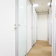 扉あり専用ブースは3部屋ございます。外側から扉を撮影。