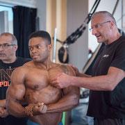Posingtraining entscheidet über Sieg und Niederlage bei Bodybuilding Meisterschaften. Muskelkontrolle muss im Personaltraining geübt werden.