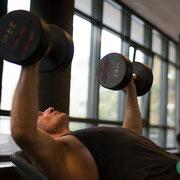 Kurzhandel Schrägbank trainiert die oberen Brustmuskeln. Bei diesem Personaltraining werden gezielt die oberen Muskelfasern der Brustmuskeln gezielt angesprochen.