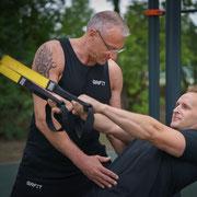 TRX Training ist ein geniale Fitnesstool für die Unterstütung des Coretraining. Muskelstabilität sind gewährleistet. Das ist Ganzheitliche Fitness