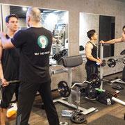 Krafttraining im Gym in Berlin. Zu einen ganzheitlicher Fitness gehört auch die Arbeit an Fitnessgeräten