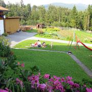 Liegewiese und Kinder-Spielgeräte rund um's Haus Spannbauer