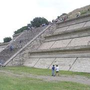 De Azteken vertelden elkaar het verhaal dat de Grote Piramide van Cholula (Mexico) gebouwd was  door de reus Xelhua.