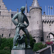 Het beeld van Lange Pier bij het Steen niet ver van de Schelde in Antwerpen. Lange Pier is één van de vele reuzen uit de Europese volksverhalen.