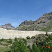 Au pied du barrage avec en arrière plan les Dents du Midi