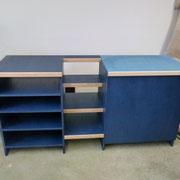 Schrank mit Regal und Truhe (Rechts) und Treppe in der Mitte blau gefärbte MDF geölt