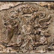 Dieses Relief wurde aus den zerstörten Trümmern der in Bremen gegründeten Fabrik gerettet. Es basiert auf dem Bremer Wappen, ergänzt um zwei Adler und Schuhe. In stilisierter Form findet es sich im Logo der 1888-Modelle wieder.