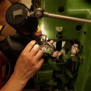 Diese Maschine kann Löcher in das Leder stanzen und gleichzeitig Ösen setzen. Und das auch noch schnell. Und das auch noch perfekt.