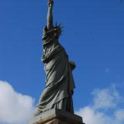 Un Monument aux Morts à l'architecture singulière : réplique de la statue de la Liberté - Monument aux Morts de Châteauneuf-la-Forêt