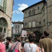 Visite de Saint-Léonard-de-Noblat : la visite se poursuit par la lecture architecturale des maisons, médiévales comme ici, ou reconstruites lors de la deuxième période de prospérité au XVIIIe siècle