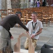 Visite de Saint-Léonard-de-Noblat : à l'intérieur de la collégiale, construction d'arcs pour différencier les 2 types existant (arc en plein-cintre et arc brisé)