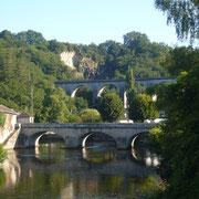 Pont moderne - Route de Limoges (Saint-Léonard-de-Noblat) ; en arrière-plan, le viaduc ferroviaire