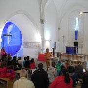 Atelier art contemporain à Saint-Amand-le-Petit : visite de l'église autour de l'oeuvre de Jean-Pierre Uhlen (2015 : fresque, vitraux, mobilier...)