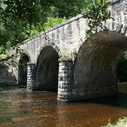 Pont moderne, voisin des ruines de l'ancien pont médiéval - Pont-du-Rateau (Saint-Denis-des-Murs)