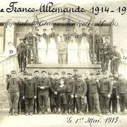 Carte postale (recto) des soldats et de l'équipe médicale de l'Hôpital Bénévole n°26 bis d'Eymoutiers prise le 1er mai 1915 (collection DE QUEYRIAUX)