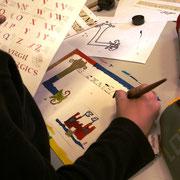 Atelier enluminure : pour les plus grands, création d'une page de livre avec lettrine, petite histoire créée sur le thème du Moyen Âge (en une phrase) et miniature d'illustration - oeuvre d'une élève de CE2