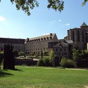 Ancien couvent des Ursulines (bâtiment en L) ; au premier plan, sculptures contemporaines de Christian Lapie (2013) ; à droite, chevet de la collégiale - Eymoutiers