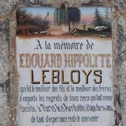 Décor de cimetière romantique avec tombe, saule pleureur et croix - Cimetière de Roziers-Saint-Georges