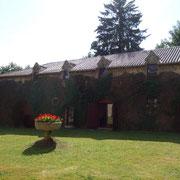 L'annexe de la librairie Vignes est abritée dans les anciennes écuries du château de la Font Macaire à Eymoutiers.