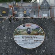 Décor de cimetière, alliance de deux mains symbolisant le mariage et photo de la défunte - Cimetière de Moissannes