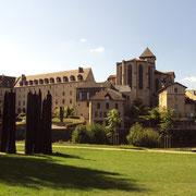 Le Pré Lanaud et les bords de Vienne à Eymoutiers, avec les sculptures contemporaines (oeuvre de Christian Lapie) et la vue sur la collégiale et l'ancien couvent.