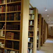 La bibliothèque de l'annexe de la librairie Vignes à Eymoutiers, où sont stockés une partie des ouvrages vendus sur internet.
