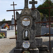 Chacun possède sa propre plaque funéraire en porcelaine - Cimetière d'Eybouleuf
