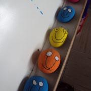 Atelier art contemporain : pour les plus petits, réalisation de galets peints à la manière de Sanfourche - ici, par des élèves de TPS-PS-MS