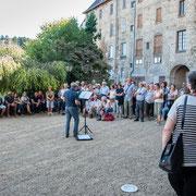 Lecture à l'ombre de l'ancien couvent d'Eymoutiers, par Philippe Radonnet.