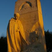 Un Monument aux Morts à l'architecture singulière : une paysanne pleure les Morts pour la France - Monument aux Morts de Saint-Léonard-de-Noblat