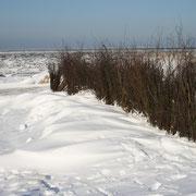 Schneeverwehungen an den Absperrungen der Strandabschnitte