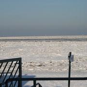 Die fast geschlossene Eisdecke im Duhner Watt