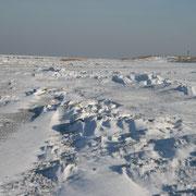 Der Strand in Cuxhaven Duhnen ist von Schnee bedeckt