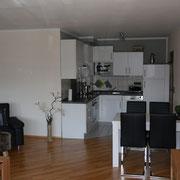 Die Küche mit dem Essbereich der Ferienwohnung