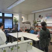 Begrüßung der Schüler und Besprechung der Sicherheitsregeln durch Fr. Fischer.