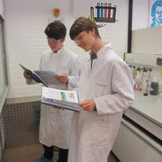 Vor dem Experimentieren stand jeweils das gründliche Studium der Versuchsanweisung.