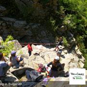 Unser erfahrener Canyoning-Guide ist während der gesamten Canyoning-Tour dabei. Hier  zeigt er die Sicherungstechnik, bevor es losgeht.