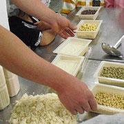 大豆3種と一晩水に漬けてふくらんだ大豆、それをミキサーで挽いて、豆乳とおからに。