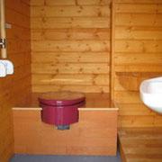 広々として落ち着いた感じの室内。小便器・洋式便器(し尿分離式)・手洗器が付けられます。