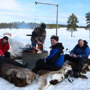 Grillen am offenen Feuerbeim Wochenende  in Lappland